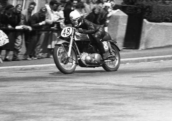 Gavin Dunlop (Norton), riding for the Tenterden & DMC & LCC, 1953 Junior Clubman TT