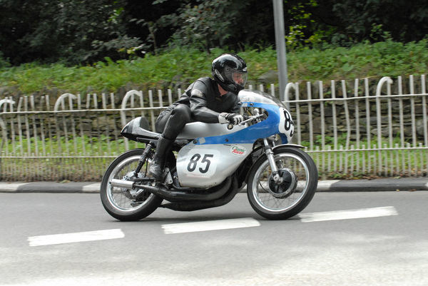 Bob Simmons (Suzuki) at Braddan Bridge: 2009 Classic TT
