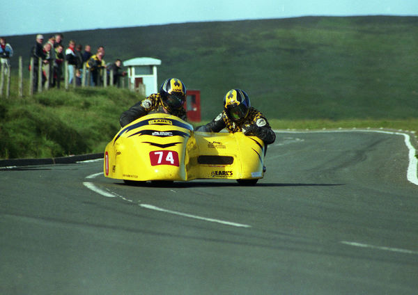 Dave Alcock & Dave Gledill (Shelbourne) at the Bungalow: 1999 Sidecar TT