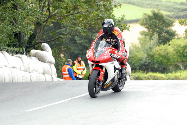David Jukes (Yamaha) on Ballaugh Bridge: 2009 Newcomers Manx Grand Prix