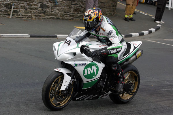 Jimmy Moore (Yamaha) starts the 2009 Superbike TT