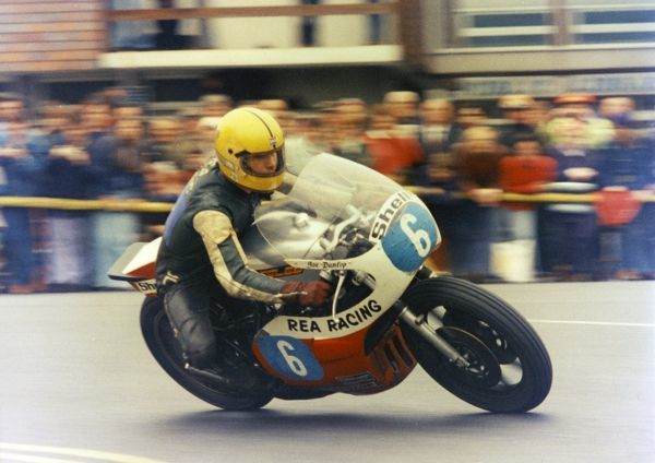 Little-known (at that time) Joey Dunlop (Rea Yamsel) shook the TT regulars by taking victory in the 1977 Jubilee TT on his home-built Seeley-framed Yamaha
