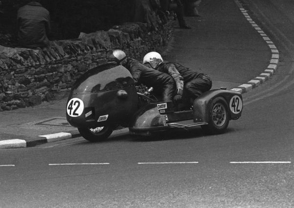 Mick Wortley & Ralph Crellin (MDW-Omega Triumph) at Quarter Bridge: 1974 750 Sidecar TT