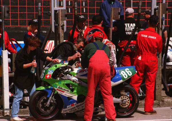 Swiss Peter Jarmann (Kawasaki) at the pits: 1999 Lightweight 400 TT