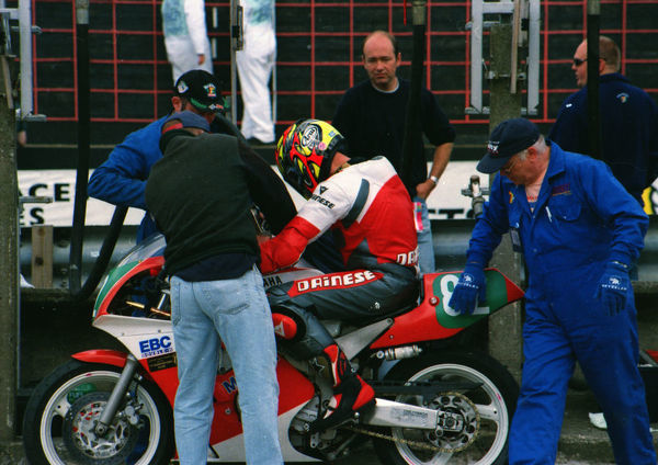Peter McGee (Yamaha) at the pits: 1999 Lightweight 400 TT