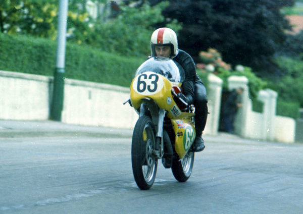 Peter Platt (Greeves) on Quarter Bridge Road: 1971 Lightweight TT