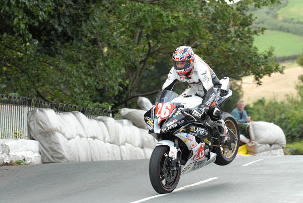 Rudy Ronzoni (Yamaha) on Ballaugh Bridge: 2009 Newcomers Manx Grand Prix