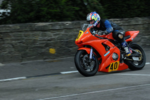 Simon Mara (Yamaha) on Quarter Bridge Road: 2009 Senior Manx Grand Prix