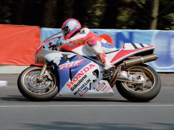 With team-mate Carl Fogarty off-Island on Superbike duties, it was left to Steve Hislop to hold a masterclass on the works RVF750 Honda, winning the 1991 Senior TT with ease