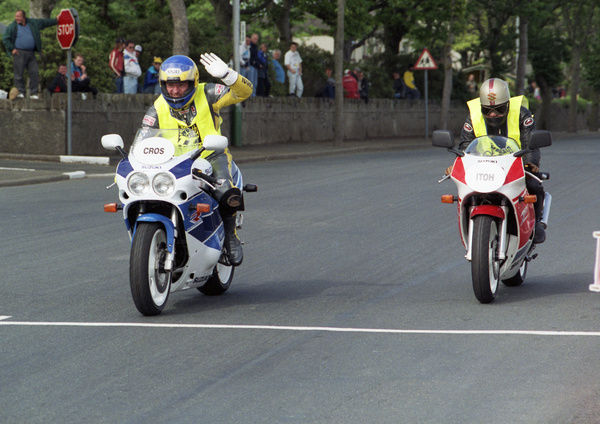 3-times TT winner Kiwi Graeme Crosby and Japans Mitsuo Itoh, the only Japanese rider ever to win a TT, cross the line together on the 1990 Suzuki Parade