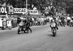 Jack Findlay (Aermacchi, 11) and Giacomo Agostini (MV) 1970 Juni